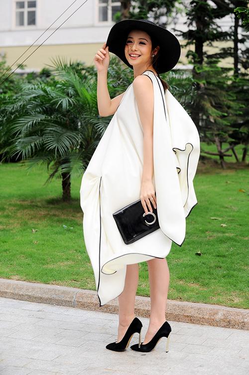 Jennifer Phạm trở nên thu hút hơn với set trang phục được kết hợp bởi váy oversized, mũ fedora và clutch hài hoà về sắc màu.