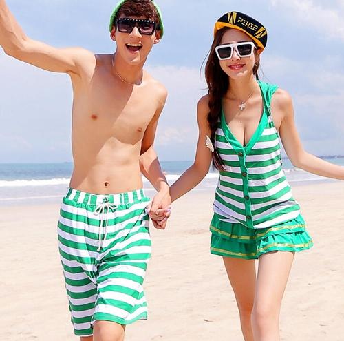 Bên cạnh đồ bơi đôi, các trang phục dạo biển với váy nữ và quần ngố nam