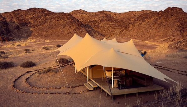 Nằm ở vùng hoang dã của Namibia nhưng những căn lều trại của Hoanib Skeleton không hề nghèo nàn chút nào đâu nhé. Nó chỉ dành cho những người siêu giàu đi chuyên cơ riêng.