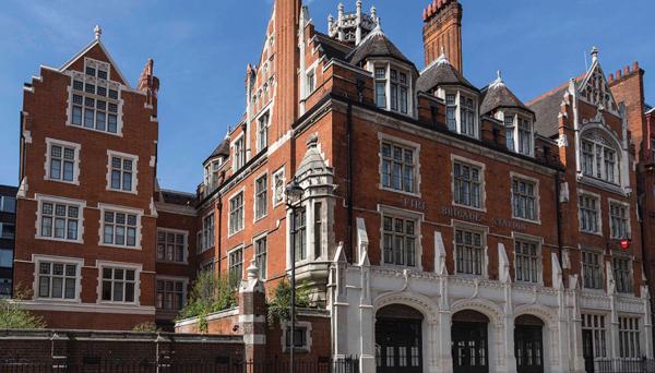 Tuy có bề ngoài khá cũ nhưng chính phong cách cổ điển của Chitern Firehouse (London) lại là điểm thu hút giới thượng lưu.