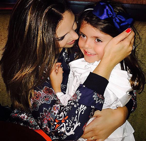 Bà xã Caroline Celico của Kaka tình cảm bên công chúa nhỏ.