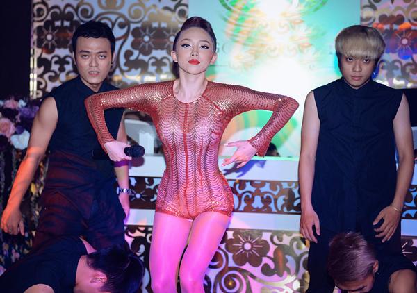 Tóc Tiên mặc jumpsuit ngắn cũn, diễn sung