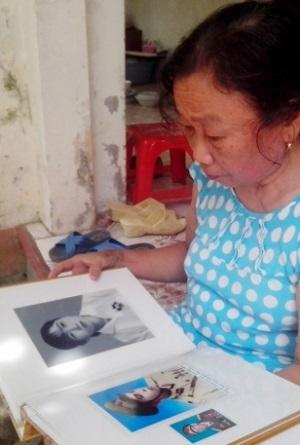 Bà giáo Vân và những tấm ảnh kỷ niệm được bà nâng niu, gìn giữ như báu vật.