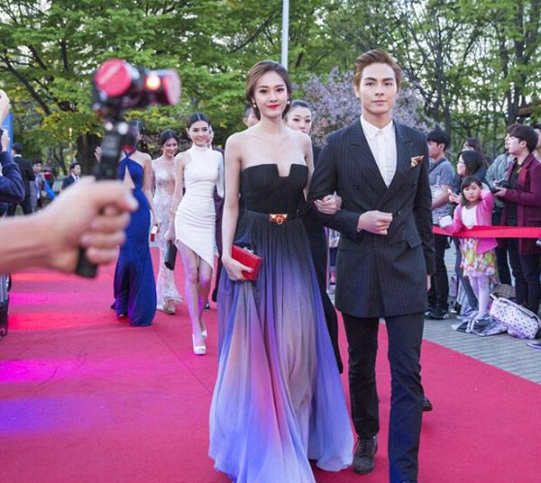 Linh Chi mặc đầm giống hệt Elie Saab tại Hàn Quốc