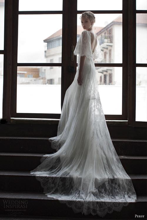 Váy cưới gợi cảm từ ren và lông vũ mềm mại
