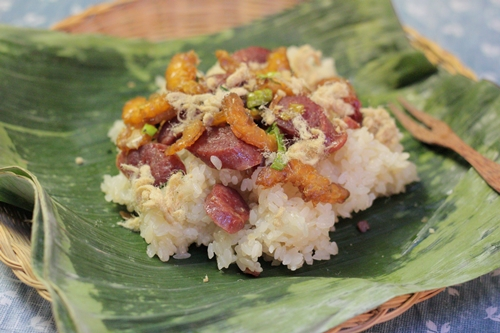 Bát xôi mặn nóng hổi với gạo nếp dẻo, vị beo béo của lạp xưởng và tôm khô rất ngon miệng cho bữa sáng.