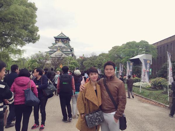 Vợ chồng Trà My Idol trốn con đi du hí Nhật Bản. Cả hai yên tâm đi chơi xa  khi con trai đầu lòng đã hơn 5 tháng tuổi. Nữ ca sĩ cùng ông xã ghé thăm rất   nhiều địa danh nổi tiếng để ngắm cảnh thiên nhiên tươi đẹp của mùa xuân.