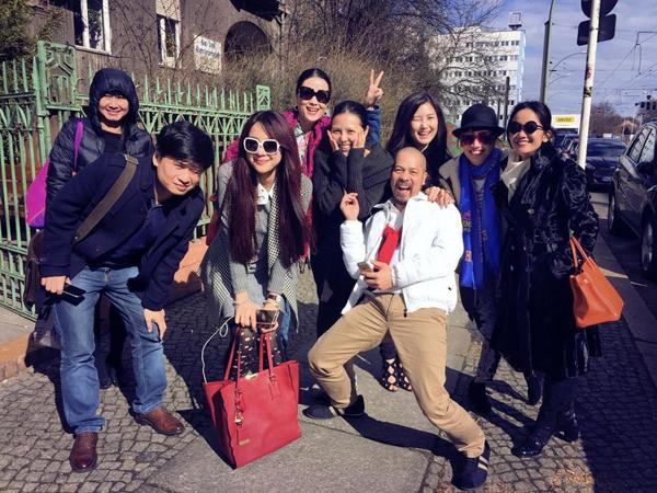 Đầu tháng 4, các nghệ sĩ Việt, trong đó có Hồng Nhung, Tấn Minh, Hương  Tràm& tranh thủ ghi lại khoảnh khắc đáng nhớ tại những nơi đi qua trong   chuyến lưu diễn tại một số nước châu Âu như Đức, Bỉ, Pháp.