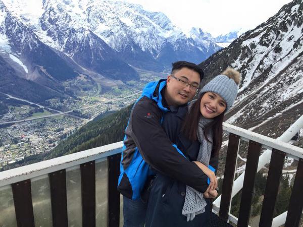 Hoa hậu Hương Giang và ông xã người Trung Quốc hạnh phúc khoe những  hình ảnh ngọt ngào trên trang cá nhân trong chuyến du lịch châu Âu. Cả hai   cùng đến trượt tuyết trên núi Mont Blanc, Pháp và tới thăm Geneve, Thụy   Sĩ.