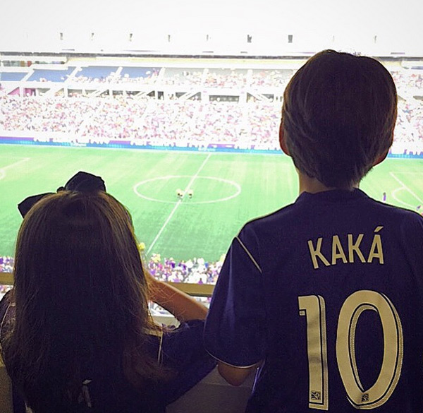 Cậu nhóc Luca và em gái Isabella chăm chú theo dõi trận đấu của bố Kaka khi Orlando City gặp Toronto FC hôm qua.