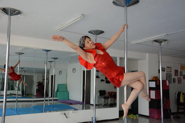 Jiang Zhijun, 65 years old, became interested in pole dancing under the influence of her daughter, who herself is a pole dancing instructor.