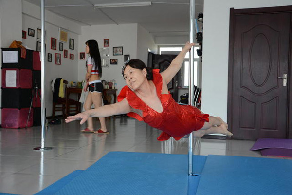 Jiang began to take up the art two years ago. After months of intense practice, she is now able to perform some very advanced moves. Jiang says that she plans on continuing to learn pole dancing and finds that the hobby brings her both health and happiness.