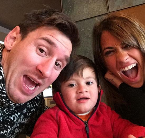Messi bên bạn gái lâu năm và con trai đầu lòng Thiago.