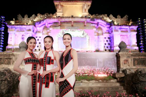 3 Hoa hậu Việt Nam gồm Thuỳ Dung, Kỳ Duyên và Ngọc Hân đã cùng xuất hiện trong màn trình diễn của nhà thiết kế Minh Hạnh, tạo sự chú ý của đông đảo quan khách có mặt.