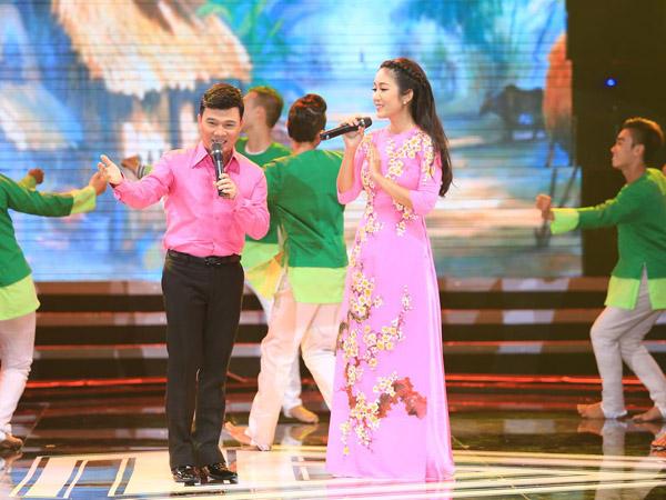 [Caption]Thanh Thúy tiếp tục làm cô vợ quê của ca sĩ Quang Linh trong ca khúc Vợ chồng quê. Nam ca sĩ gốc Quảng Trị đã diện áo màu hồng để tông xuyệt tông với  bà xã Thanh Thúy.