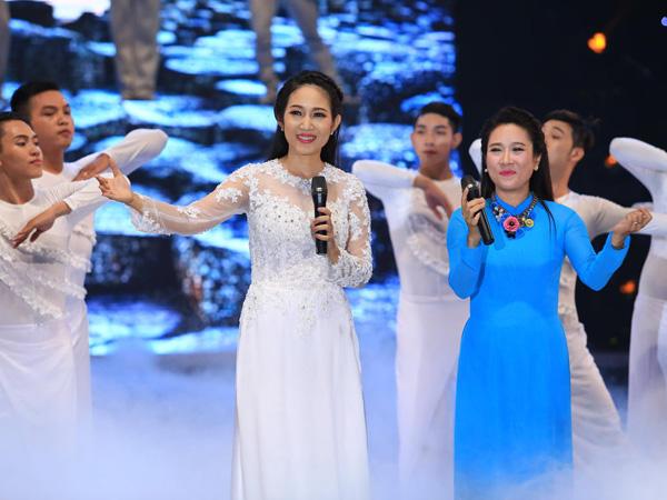 [Caption]Liveshow còn có sự góp mặt của ca sĩ xứ Huế Vân Khánh. Cô và Thanh Thúy song ca ca khúc  Gần lắm Trường Sa