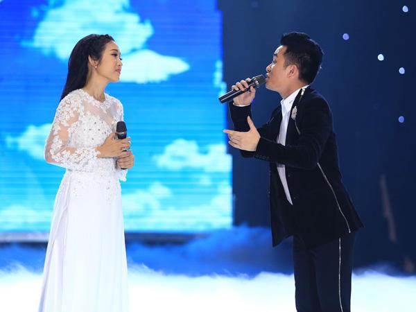 [Caption]Ca sĩ Tùng Dương là giọng ca mà Thanh Thúy rất yêu mến cũng góp mặt trong phần cuối của chương trình với ca khúc Bài ca hy vọng được phối khí hoàn toàn mới bởi nhạc sĩ trẻ Dương Cầm. Giọng hát khỏe và cao vút của cả hai trong ca khúc này đã khiến khán giả sởn da gà.