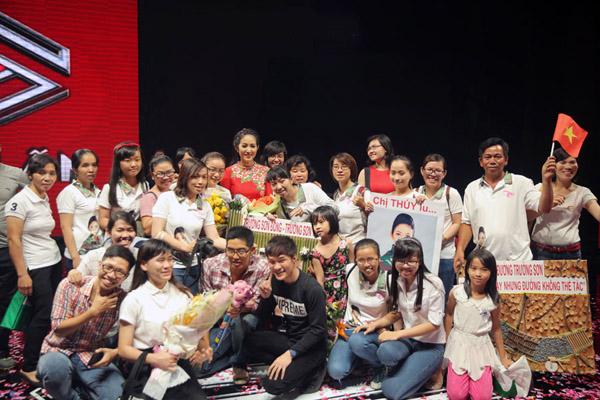 Tuy nhiên, trái ngược với sự lo ngại liveshow sẽ vắng khách, gần 4000 khán giả đã có mặt ở Nhà thi đấu Nguyễn Du tối qua, trong đó có gần 2000 chiến sĩ đã mang theo cờ và băng rôn để cổ vũ cho chị Sáu Thanh Thúy.