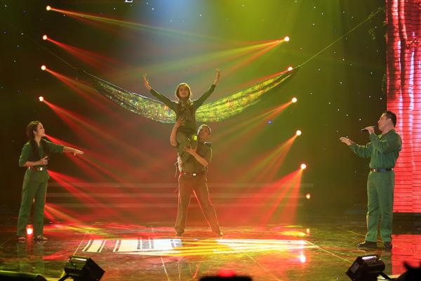 [Caption]Ca khúc Trường Sơn Đông, Trường Sơn Tây  đã in sâu trong trái tim nhiều thế hệ khán giả... Trong liveshow, ca khúc được thể hiện bởi Thanh Thúy và NSƯT Tạ Minh Tâm