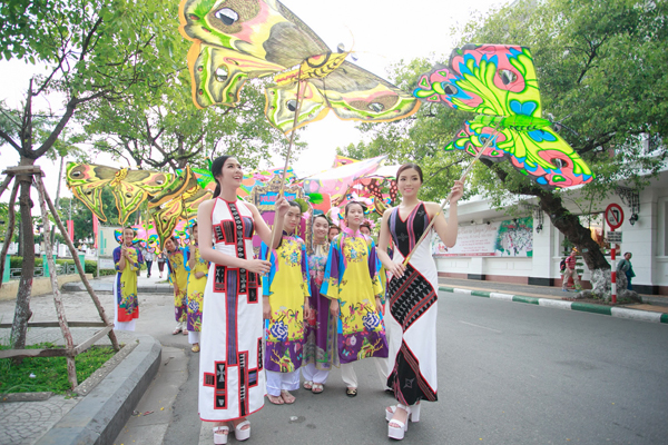 Ngọc Hân, Kỳ Duyên nổi bật khi diễu hành trên phố