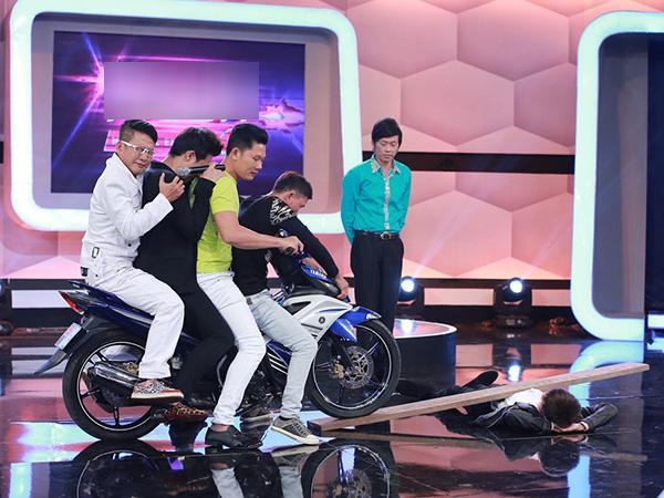 [CaptionSau đó, Huỳnh Kỳ Anh mời Trấn Thành, Tấn Beo và hai người trong nữa ngồi chiếc xe máy và chạy qua người mình. Sau giây phút hồi hộp, Trấn Thành thể hiện rõ sự hốt hoảng trên gương mặt.