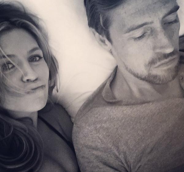 Bà bầu nhí nhảnh chụp ảnh tự sướng và 'quấy rối chồng khi chàng đang xem phim'.