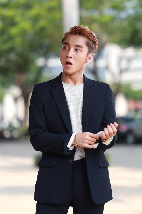 Trong MV Âm Thầm Bên Em, Tùng và bạn gái mới sẽ có buổi nói chuyện vô cùng căng thẳng  điều mà chàng trai nào cũng sợ.