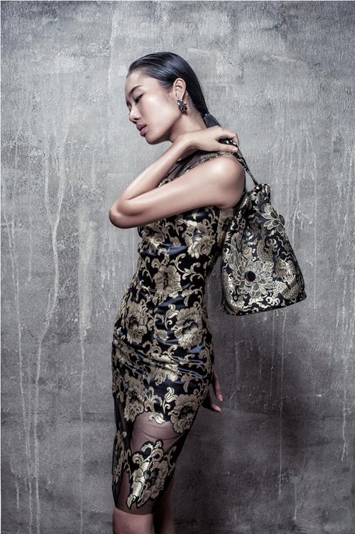 Mẫu váy cocktail trở nên bắt mắt hơn bởi việc sử dụng chất liệu vải gấm có hoạ tiết đẹp, thêm vào đó là việc phối chất liệu vải lưới sexy cho phần chân váy.