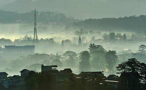 Toàn cảnh thành phố khi nhìn từ đỉnh núi Hòn Bồ.