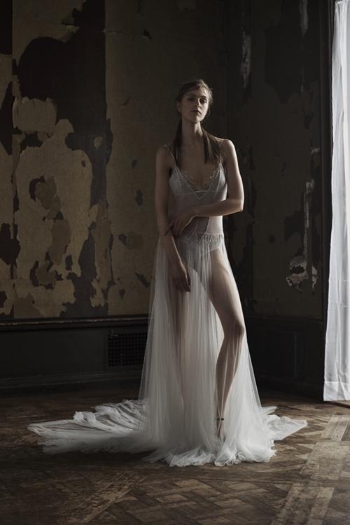 Vera Wang gây choáng với váy cưới lộ nội y sexy