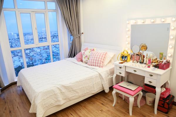 Không ít người cho rằng, gia đình có tiềm lực về kinh tế nên Thủy Top không khó khăn gì mua cho mình căn nhà sang trọng ở Sài Gòn. Tuy nhiên, cô lại sống trong căn hộ đi thuê, nằm ở một khu chung cư. Từng là một stylist và có sở thích về hội họa nên toàn bộ căn hộ được cô lên ý tưởng trang trí theo đúng ước mơ.