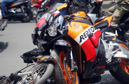 Đầu môtô CBR 1.000 Repsol hư hỏng nặng sau có tông trực diện. Ảnh: An Nhơn