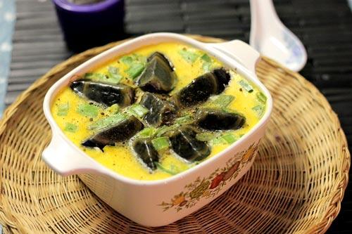 Trứng bách thảo bùi béo quyện lẫn với vị ngọt, thơm mát của đậu phụ non và tôm khô, lạ lạ mà ngon.
