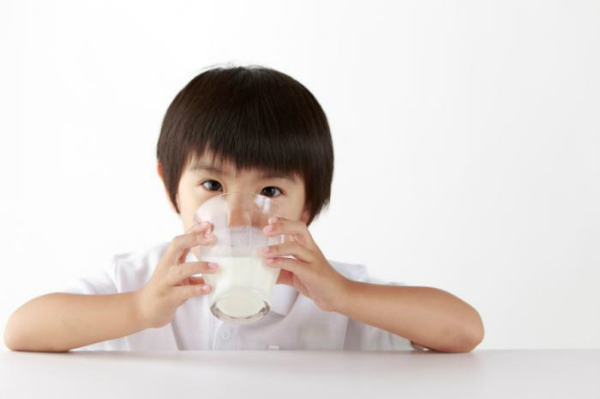 child-drinking-milk-8999-1431146027.jpg