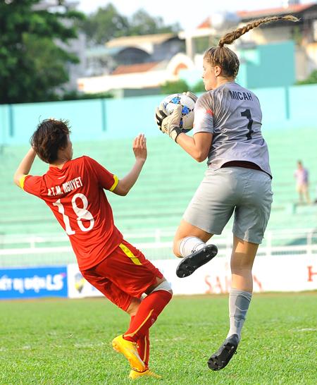 Tuyển nữ Việt Nam ngay sau đó có bàn cân bằng tỉ số trên chấm 11m của Minh Nguyệt. Cũng chính cô gái này đã nâng tỉ số lên 2-1 ngay sau đó không lâu. Sang hiệp 2, các cô gái trẻ tuyển Úc vùng lên dữ dội và có 2 bàn thắng để dẫn lại 3-2. Tuyết Dung lấy lại hi vọng khi gỡ hòa 3-3 từ tình huống đánh đầu. Nhưng sai lầm ở hàng phòng ngự giúp tuyển U-20 Úc ghi bàn quyết định phút 90+3.
