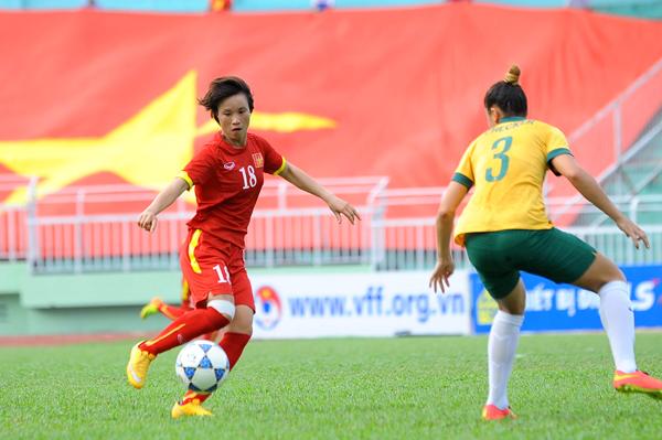 Tuyển khách mời U-20 Úc có lợi thế chiều cao hơn hẳn các cô gái chủ nhà. Nhưng các nữ tuyển thủ Việt Nam không những không ngán mà thể hiện quyết tâm cực cao sau khi thua Thái Lan ở bán kết.