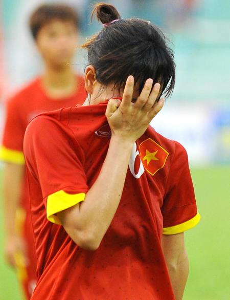 Nước mắt đã rơi trên gương mặt các nữ tuyển thủ khi trọng tài thổi còi kết thúc trận đấu. Chỉ trong 3 ngày, tuyển Việt Nam nhận liên tiếp hai thất bại, trước đó là trước đại kình địch Thái Lan.