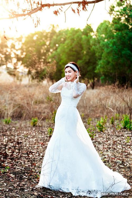 Hoa khôi Ánh Tuyết diện váy cưới điệu đà