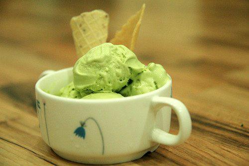 Kem trà xanh (matcha) ăn vừa mát, bổ và nếu ai đã thích hương vị trà xanh rùi thì sẽ nghiện món kem thơm ngon này.