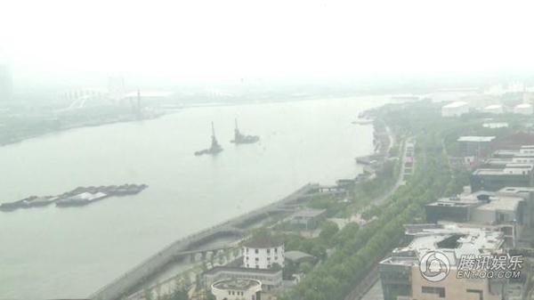 Từ ban công có thể ngắm con sông Hoàng Phố.