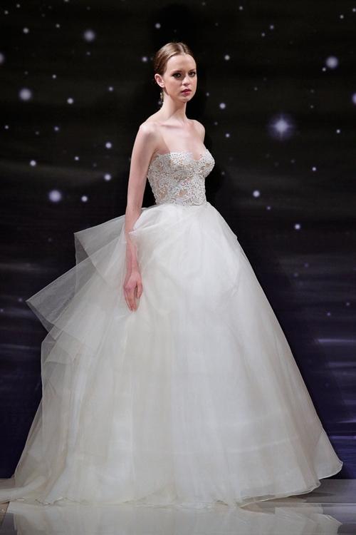 Váy cưới Reem Acra cảm hứng từ ngàn sao