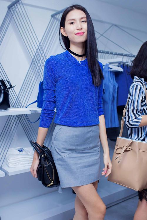 Thuỳ Dương thanh lịch với cách phối màu ăn ý giữa sắc xanh, xám và đen cho set trang phục.