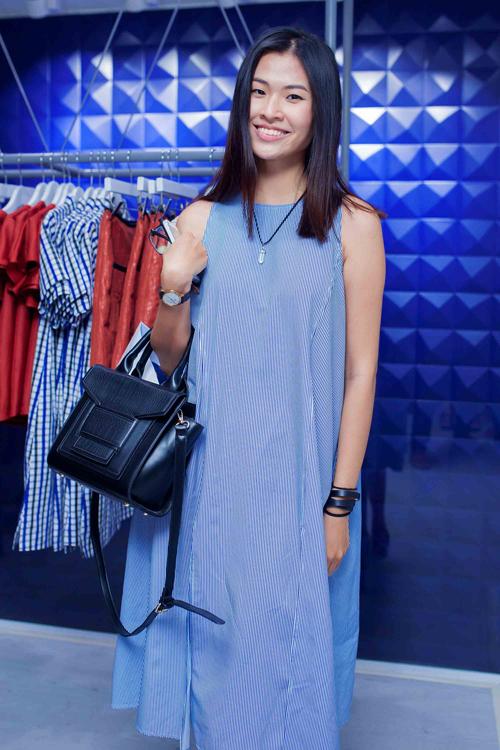 Thiên Trang chọn váy suông mang lại cảm giác thoải mái và nhẹ nhàng khi đến chúc mừng nhà thiết kế trẻ.