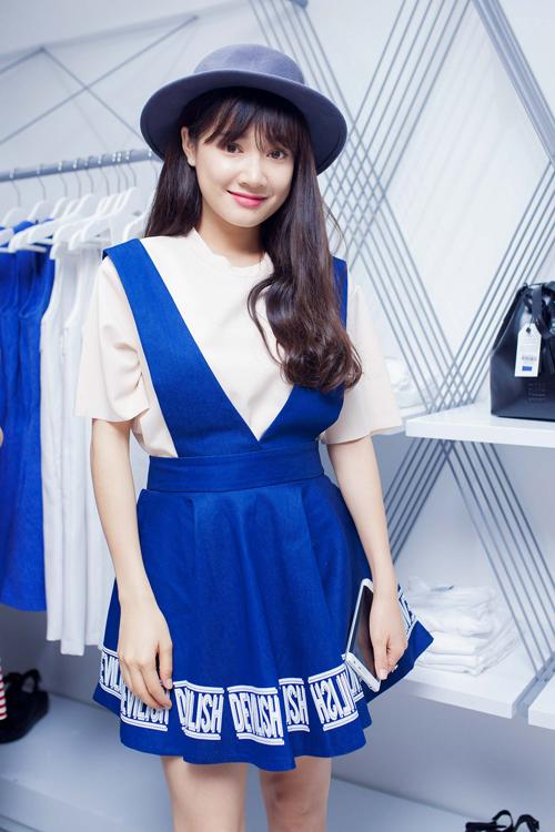 Nhã Phương cũng chọn váy yếm trên tông màu trắng xanh để giúp hình ảnh của mình trở nên đáng yêu hơn.