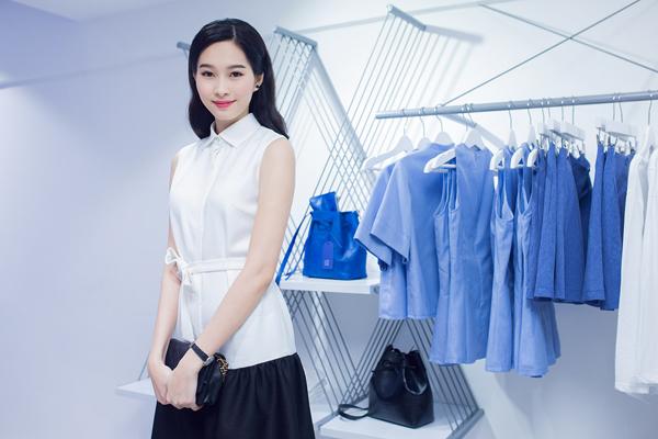Không cần lựa chọn trang phục quá cầu kỳ, hoa hậu Đặng Thu Thảo vẫn tạo được sức hút bởi phong cách tối giản và tôn nét trẻ trung.