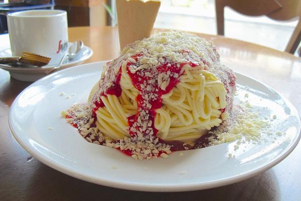 Spaghetti-eis là hỗn hợp được làm từ kem vani trộn bột khoai tây rưới nước sốt dâu tây và chocolate trắng bào đã trở thành món tráng miệng mới lạ nổi tiếng ở Đức kể từ năm 1960.