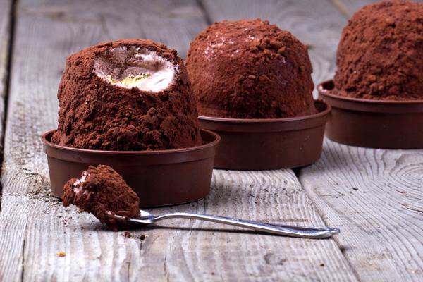 Không chỉ có gelato, Italy còn có tartufo cũng nổi tiếng không kém. Kem vani xay nhuyễn với quả anh đào, nhúng trong chocolate mịn hấp dẫn không tả xiết.