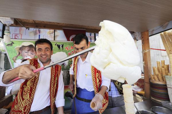 Món kem truyền thống của Thổ Nhĩ Kỳ khá dẻo và dai như là kẹo kéo vậy. Người bán hàng thường phải dùng gậy để lấy kem trông khá lạ mắt.