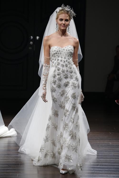 Váy Naeem Khan giúp cô dâu lộng lẫy như nữ hoàng