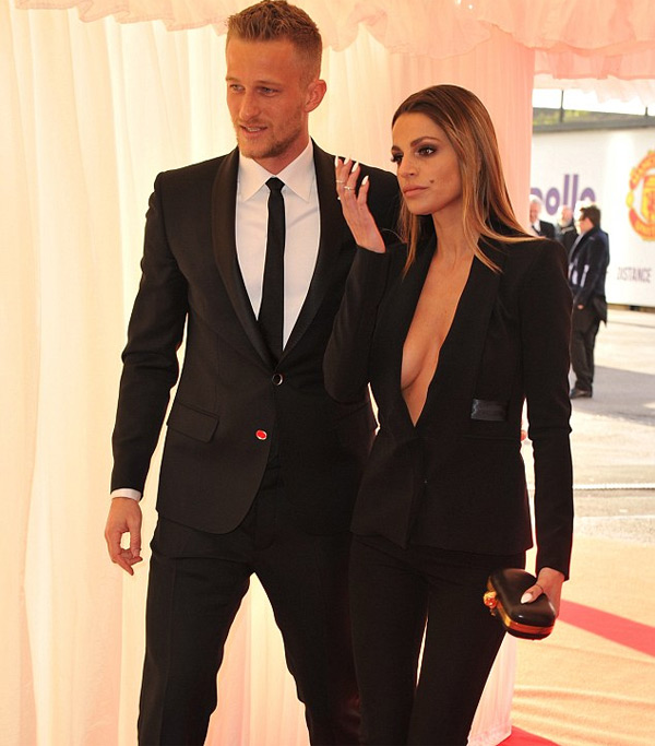 Vợ chồng thủ môn người Đan Mạch cùng mặc trang phục đen